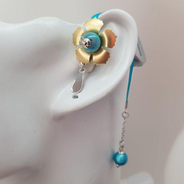 Bijou Emma de la marque Odiora, est une petite fleur dorée avec une lacette en satin et des perles bleu turquoises qui va aussi bien aux enfants qu'aux femmes