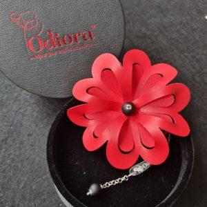 Le modèle Maeva d'Odiora est une grosse fleur rouge ornée de perles noirs