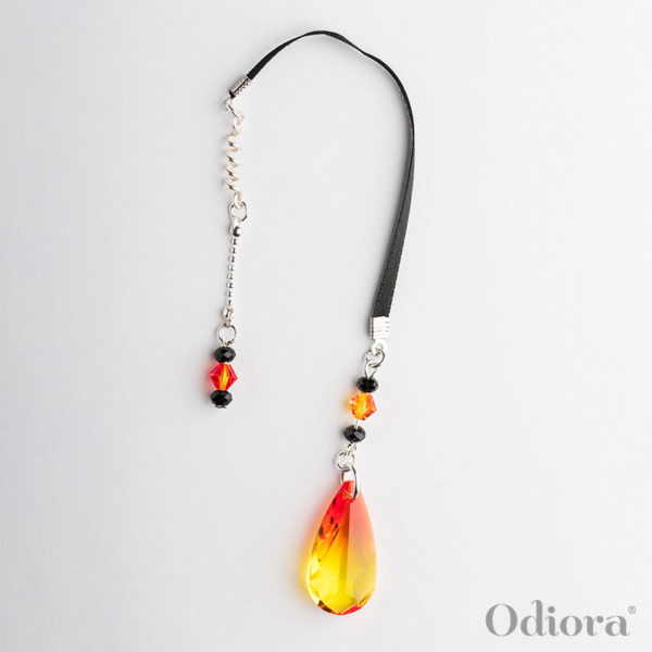 Photo de Phoenix : bijou auditif en forme de goutte de cristal aux couleurs de flammes rouges, oranges et jaune et sa lacette en satin