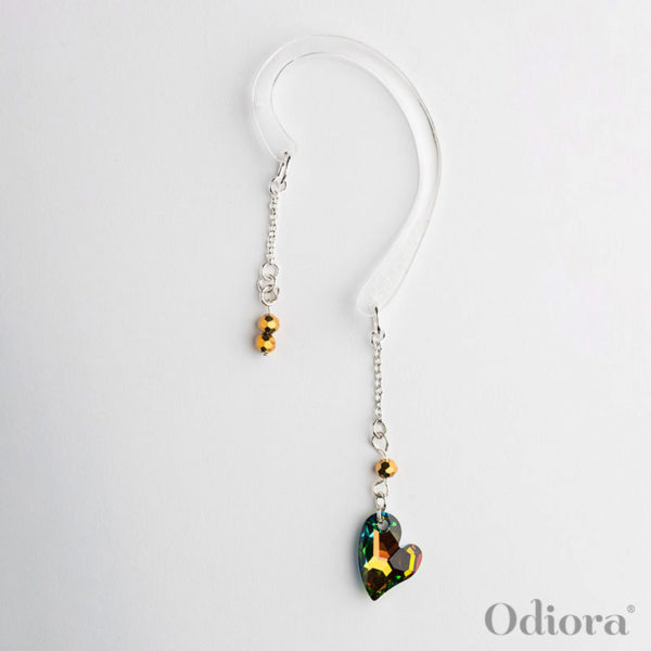 Photo de notre bijou pour appareil auditif Love en forme de petit coeur de cristal ici sur fond blanc avec une accroche solidaire pour personne non-appareillée