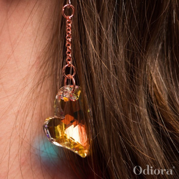 Zoom sur le bijou auditif Odiora en forme de gros cœur en cristal
