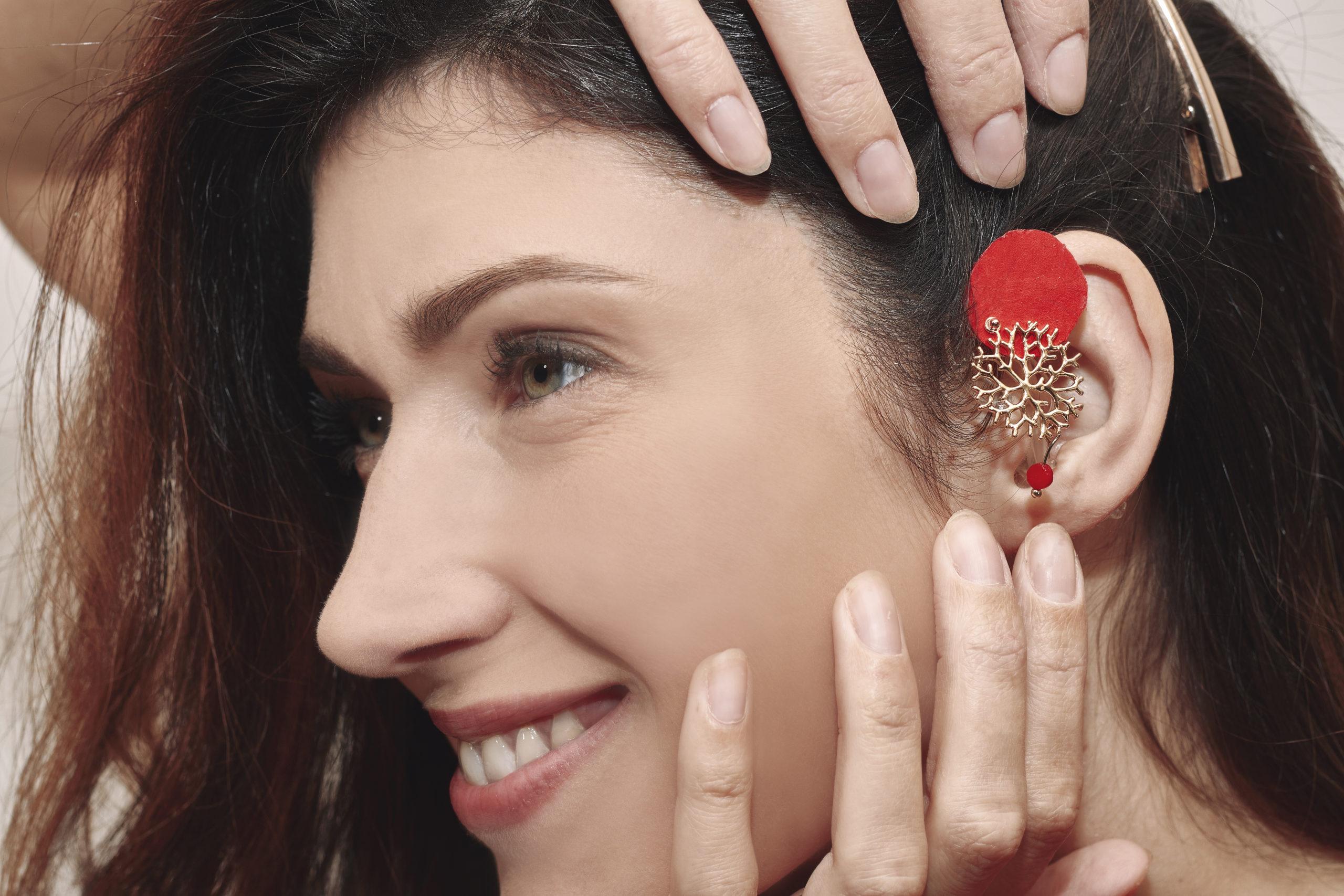 Sophie Vouzelaud, sourde de naissance et première dauphine de miss France porte ici un bijou pour appareil auditif de la marque Odiora