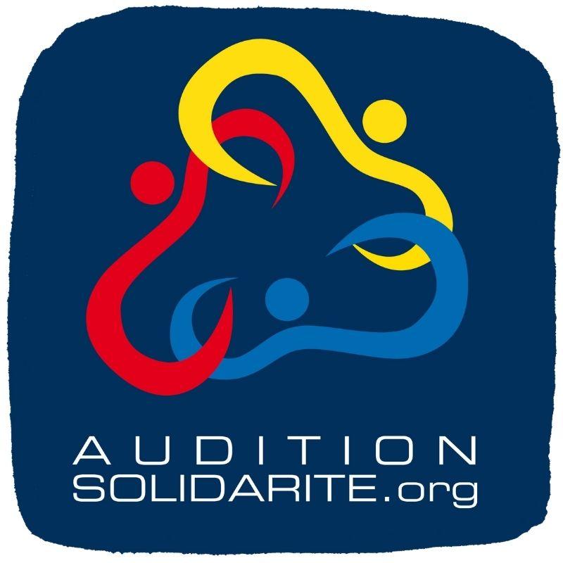 Logo de l'association Audition Solidarité sur fond bleu avec trois formes d'oreilles colorés en jaune rouge et bleu