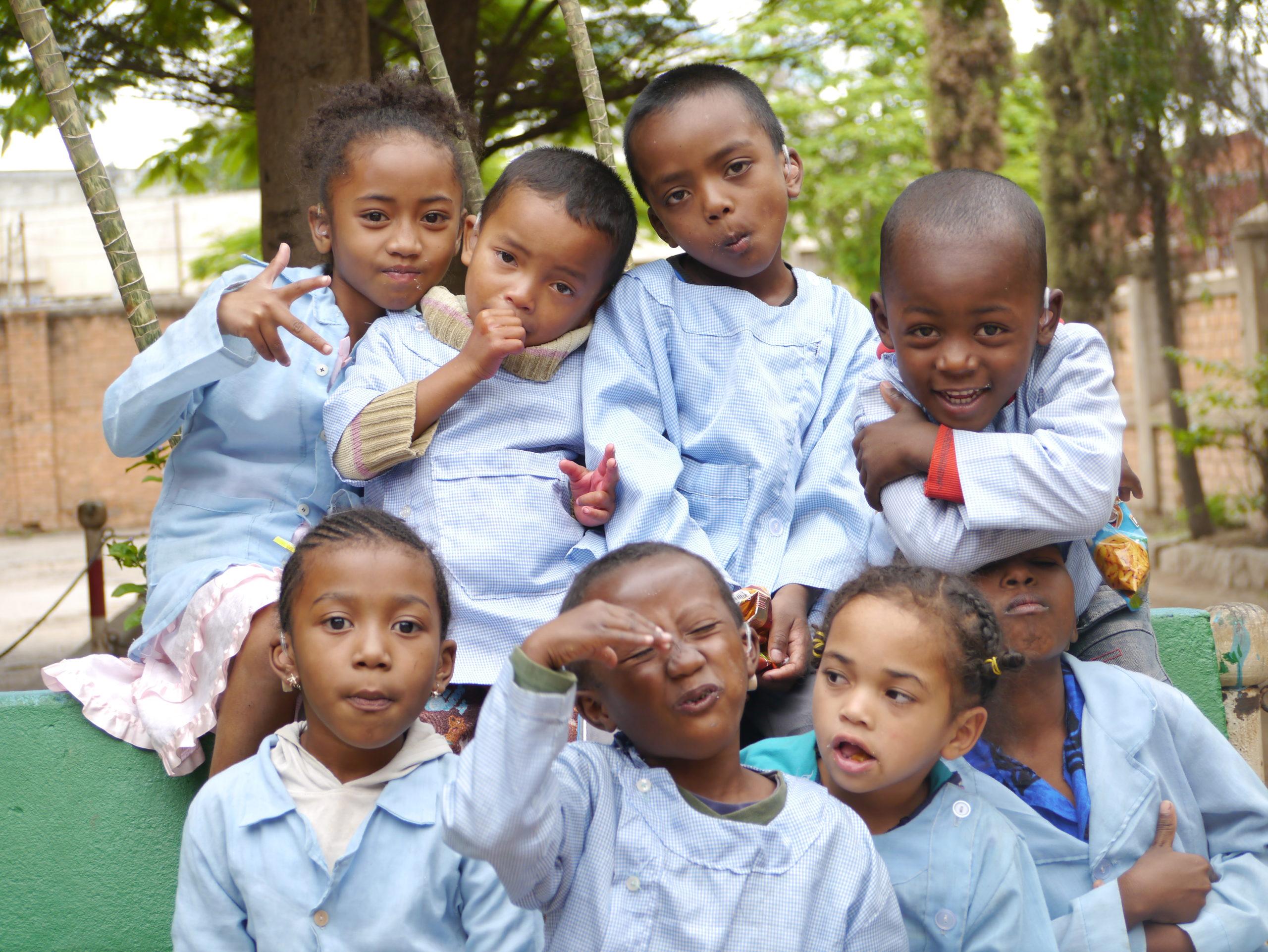 Photo de 8 écoliers d'une école pour sourds et malentendant où l'association Audition Solidarité est intervenue pour leur poser des appareils auditifs